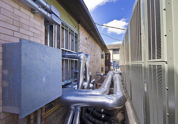 商业机械,电气 & 管道施工服务:球道村空调管道.