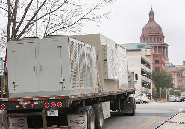 被绑在运输卡车后面的小队被送往特拉维斯县行政办公楼