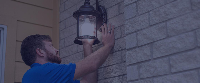男人在家里换灯泡