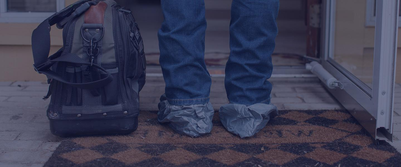 电工设备袋旁边的腿与保护袋在鞋